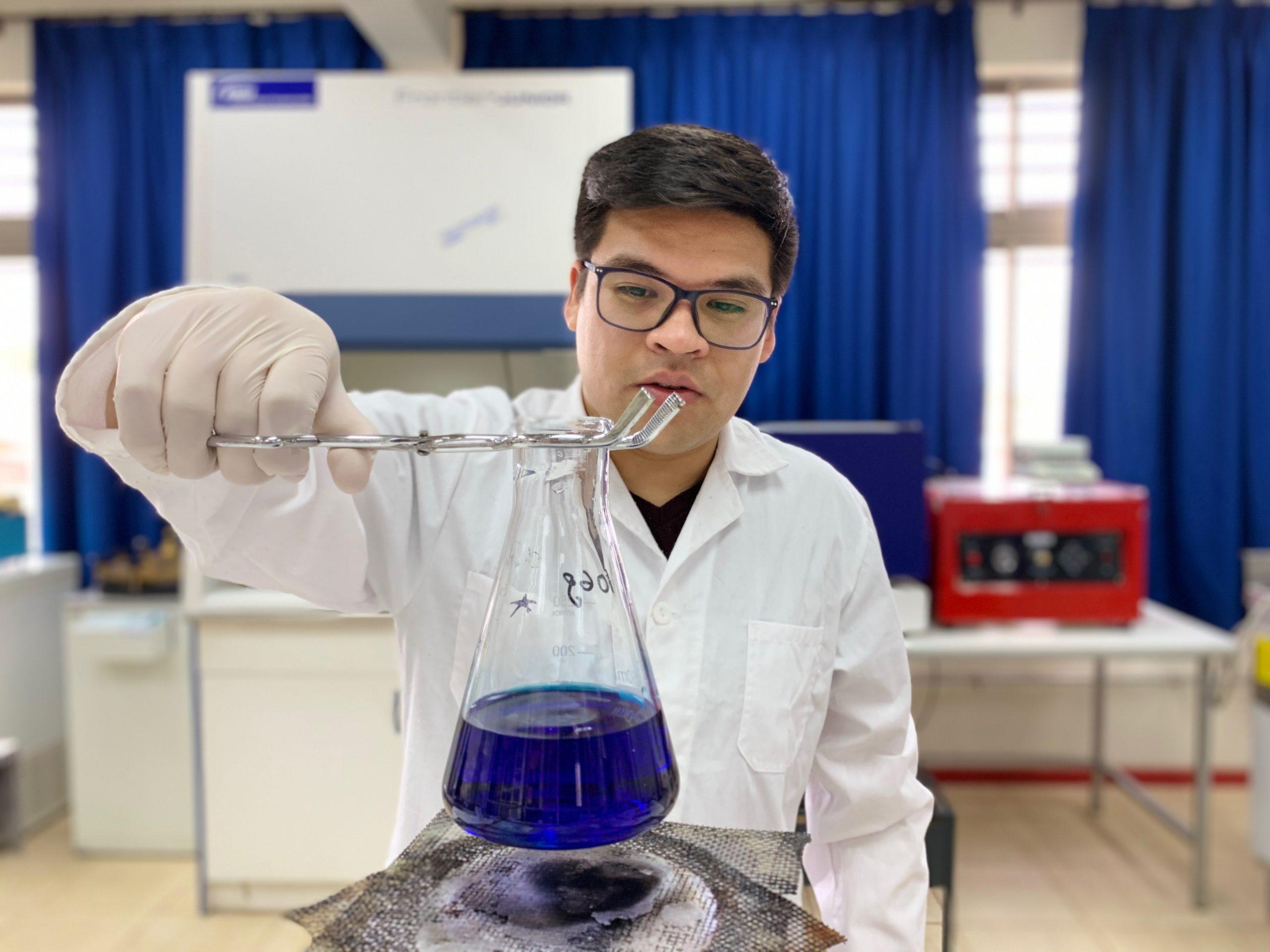 Estudiante en un laboratorio de química realizando un experimento